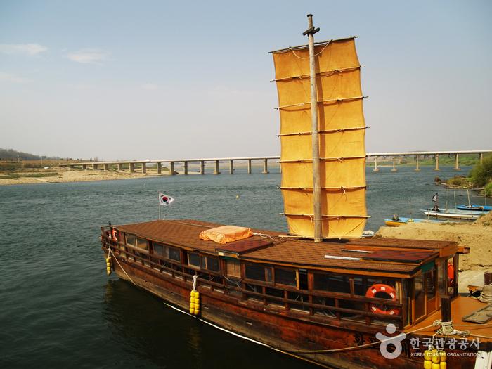 Парусное судно в порту Хванпхо