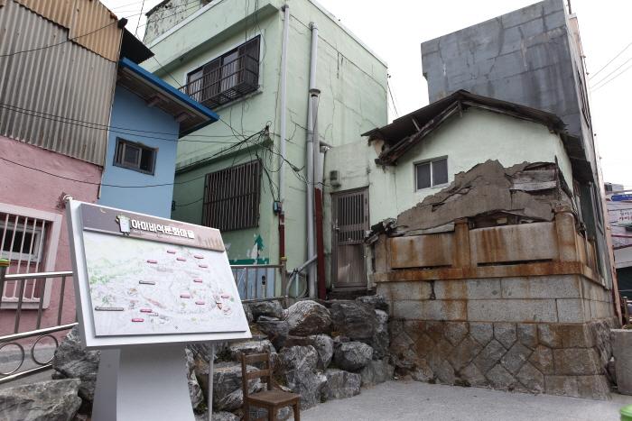 비석 위에 집을 지은 아미미석문화마을 입구