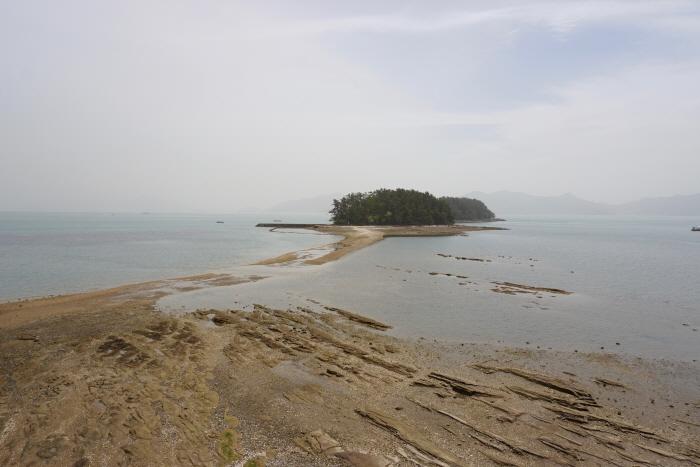 하루에 두 번 바다가 열려 마을과 섬을 잇는 길이 아름답다.