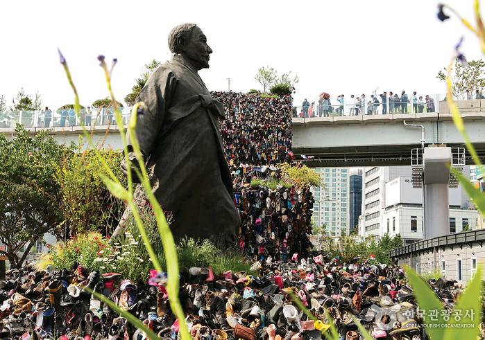 서울역 앞 강우규 의사 동상과 설치 작품 '슈즈트리'. 슈즈트리는 5월 29일 철거됐다