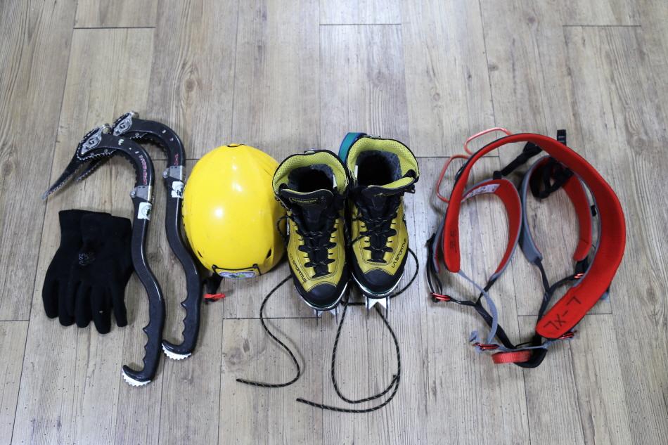 빙벽 등반 기본 장비. 왼쪽부터 장갑, 아이스바일, 헬멧, 크램폰을 장착한 빙벽화, 안전벨트