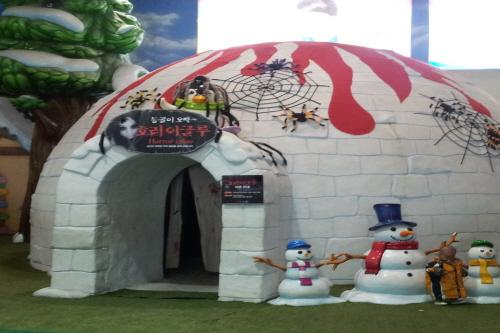 Woongjin Playdoci Snowdoci (웅진플레이도시 실내스키장)