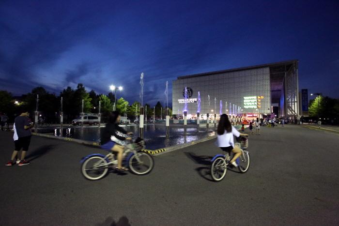 대전엑스포시민광장은 대전 시민들과 여행자의 저녁 쉼터이자 놀이터이다