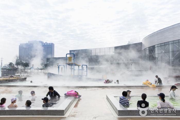 물놀이 중간 중간 체온을 따뜻하게 유지할 수 있는 야외 스파