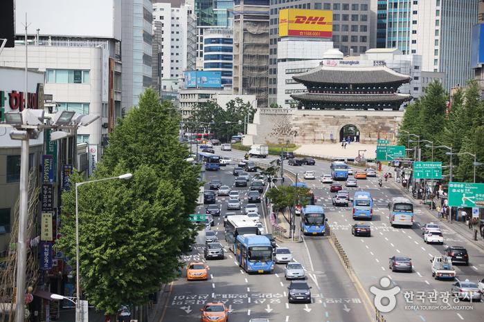 서울역을 등지고 서면 숭례문이 반긴다