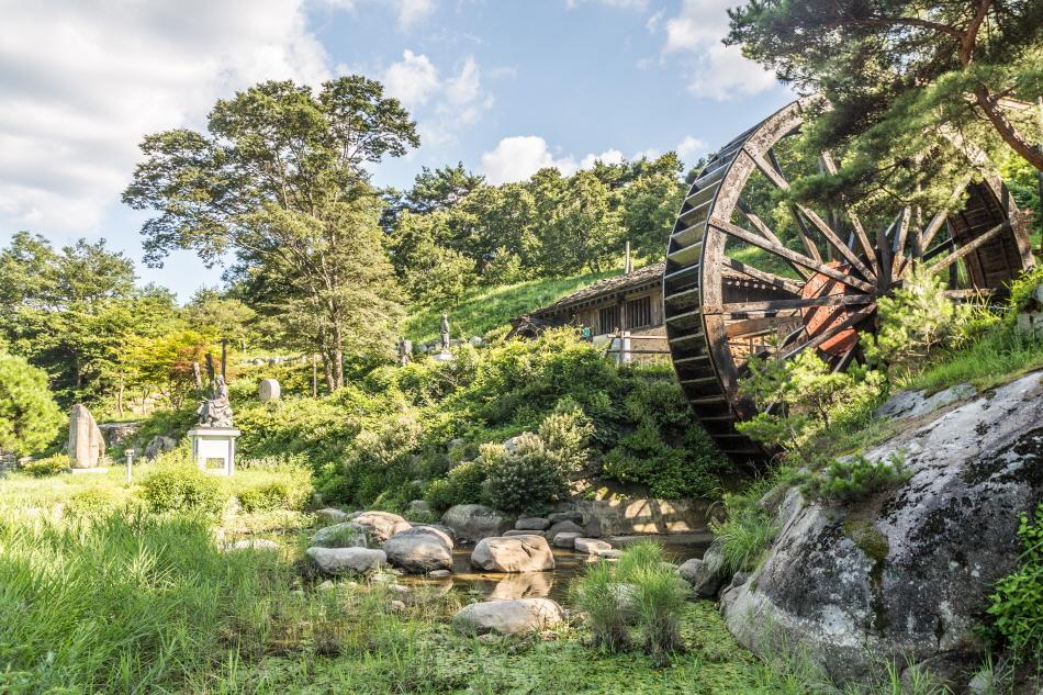 거대한 물레방아와 박지원의 동상이 있는 연암물레방아공원
