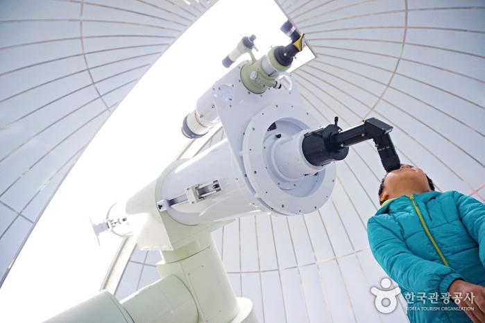 국내 최대 구경을 자랑하는 좌구산천문대의 광학망원경.
