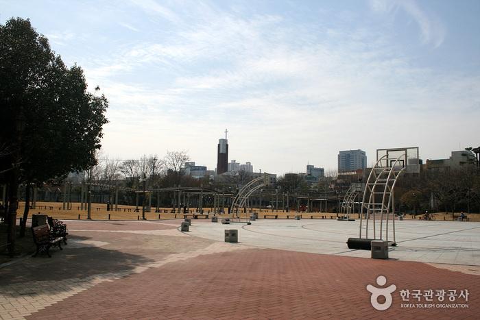 Мемориальный парк движения за погашение государственного долга (국채보상운동기념공원) (старое название Парк единомышленников)15