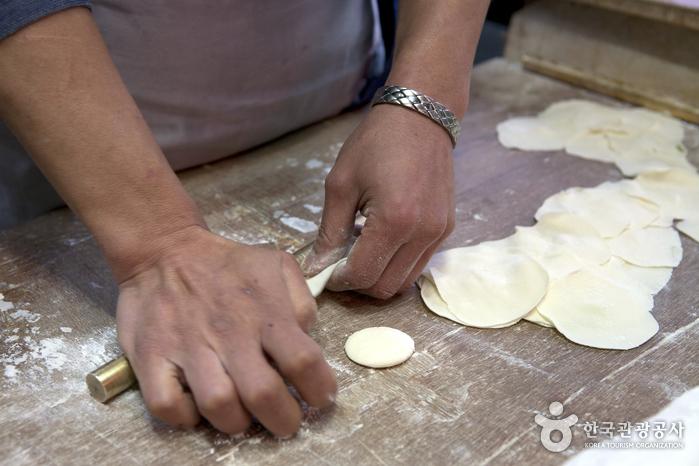 새벽부터 만두속을 준비해서 12시부터 만두를 빚기 시작한다.