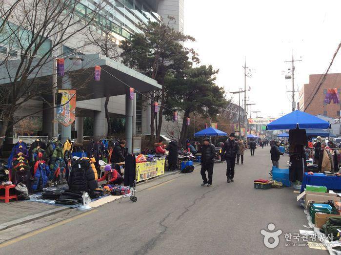 首尔传统跳蚤市场<br>(서울풍물시장)