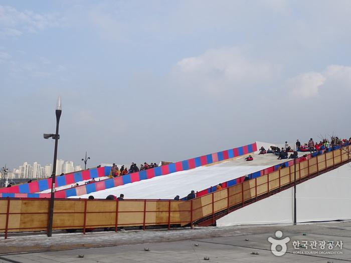 Piste du luge dans le parc Yeouido Hangang - 한강공원 여의도 눈썰매장