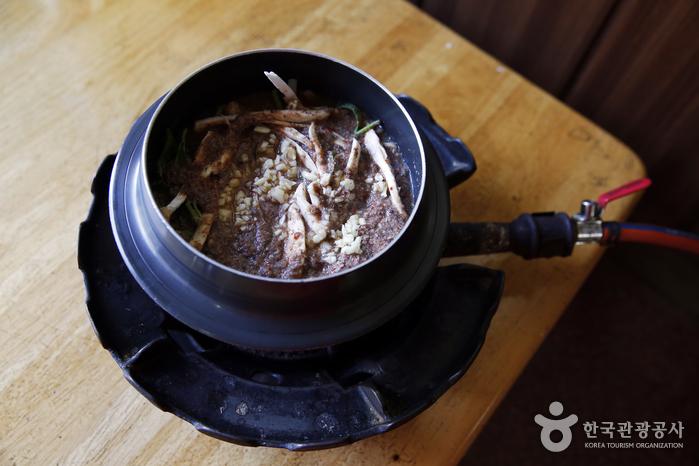 즉석에서 끓여 먹는 원주복추어탕. 표고버섯, 새송이버섯, 부추, 감자가 뻘건 고추장 국물에 가득하다