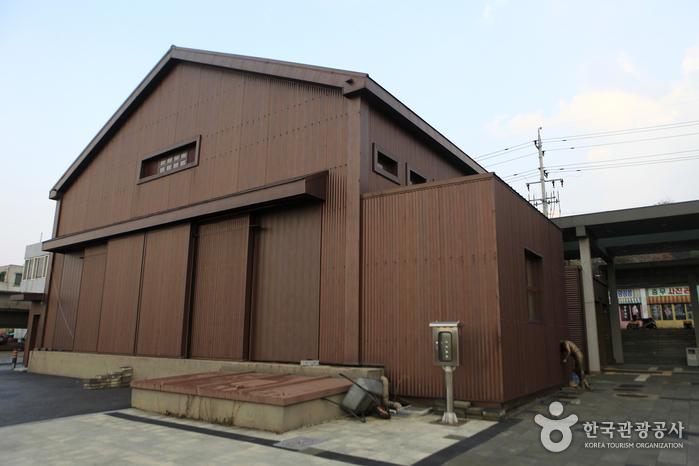 폐창고를 개조한 아산쇼타임코미디홀 공연장