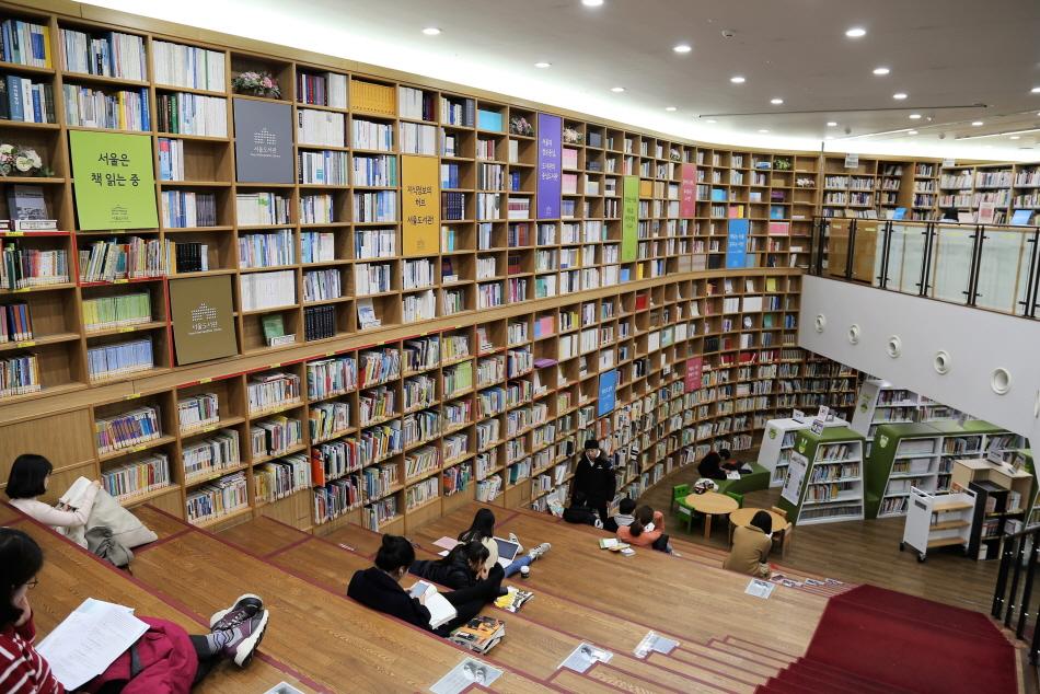 원하는 책을 마음껏 볼 수 있는 서울도서관 내부