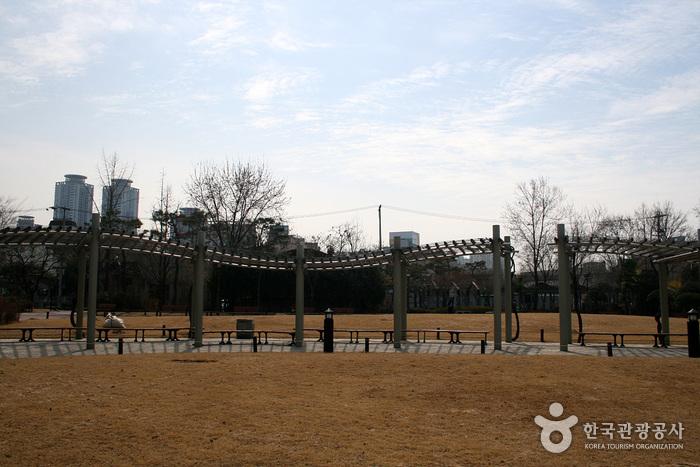 Мемориальный парк движения за погашение государственного долга (국채보상운동기념공원) (старое название Парк единомышленников)16