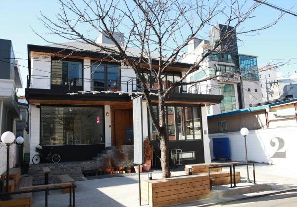 House with Ribbon - Sinsa Branch (리본달린집 신사점)