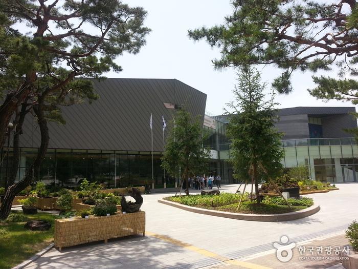 Cheongwadae Sarangchae (청와대 사랑채)