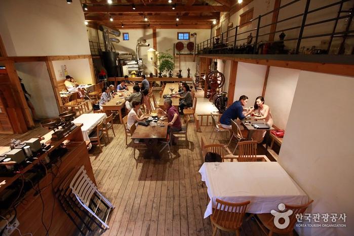 공장이나 창고 같은 분위기의 테라로사 커피공장 실내