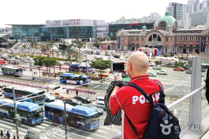 서울로7017에 서면 서울역 일대가 한눈에 들어온다