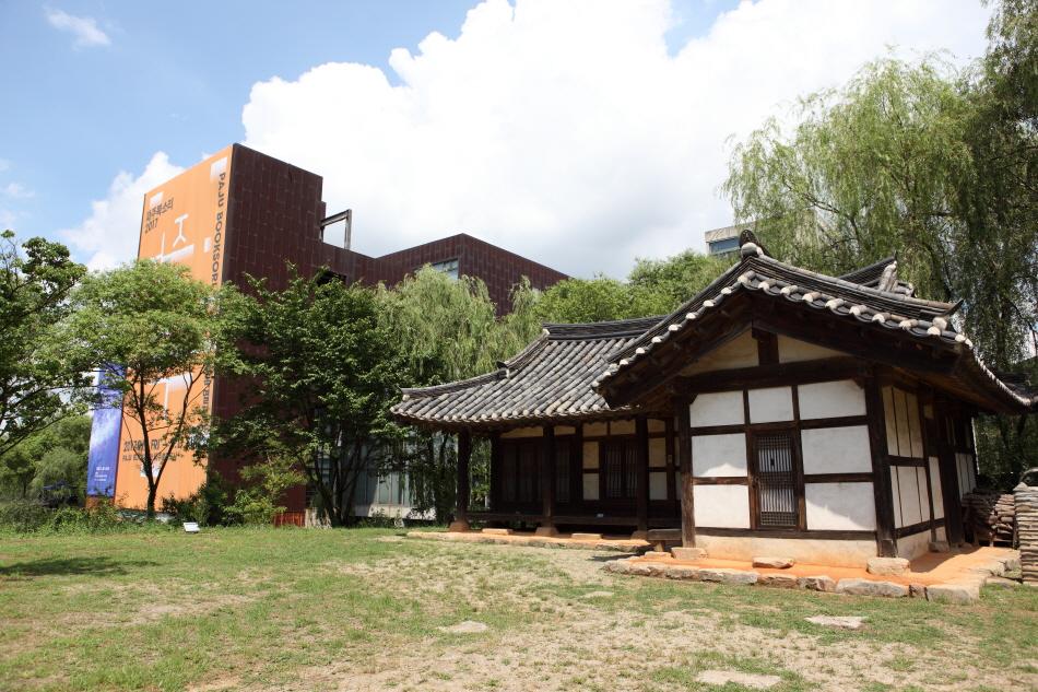 아시아출판문화정보센터 한쪽에 자리한 김동수 가옥 별채