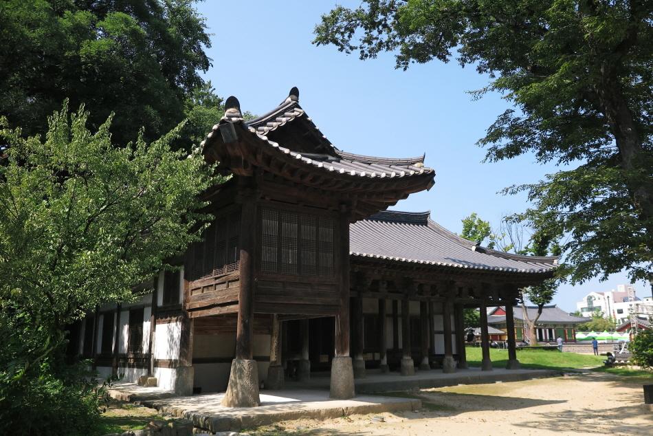 오래된 느티나무와 건물이 어우러져 고풍스러운 칠사당