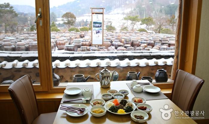 정강원에서는 고즈넉한 전경을 내다보며 식사를 즐길 수 있다.