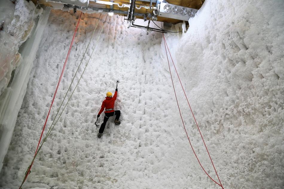 높이 20m 빙벽으로 세계 기네스북에 등재된 코오롱등산학교 실내 빙벽장