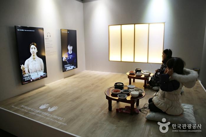 한국 밥상 예절에 대해 체험하는 코너