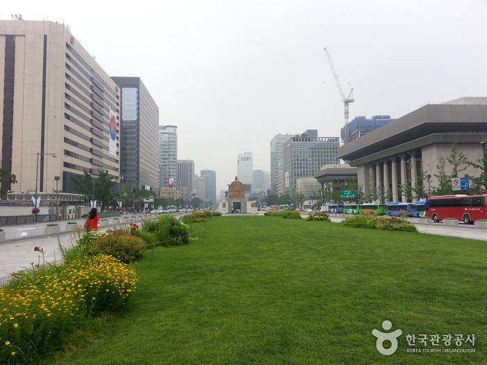 Gwanghwamun Square (광화문광장)