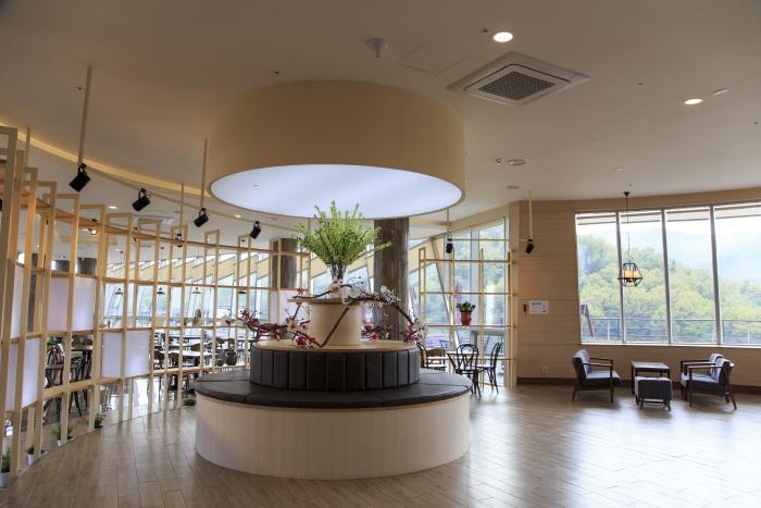 봇재 2층에 있는 카페 그린다향에서 보성 녹차를 맛볼 수 있다.