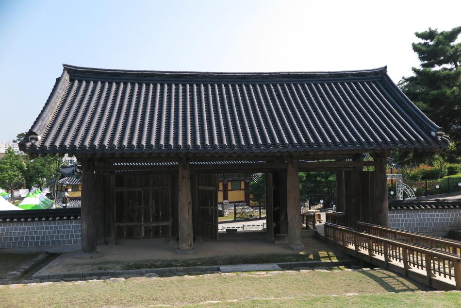 강릉 임영관 삼문은 맞배지붕에 배흘림기둥의 조형미가 뛰어나다.