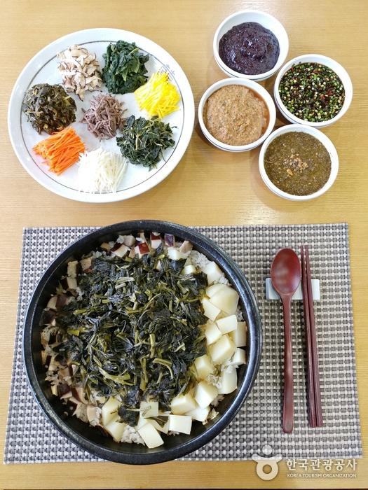 4종의 비빔소스가 제공되는 강원나물밥.