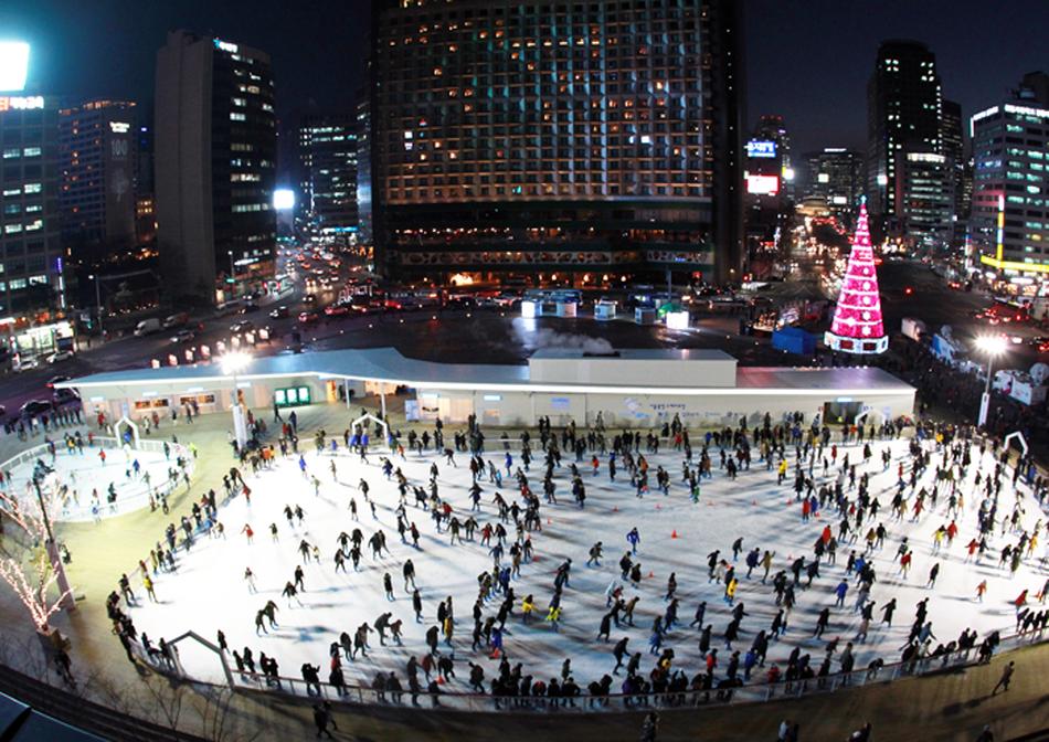 대형 크리스마스트리가 낭만을 더하는 서울광장 스케이트장 _사진 제공 서울시청