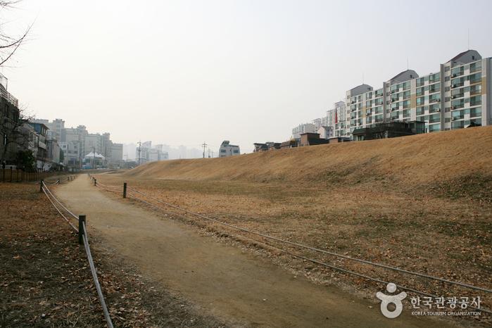 Pungnaptoseong Fortress (풍납토성)