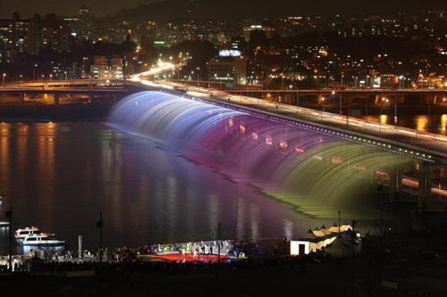 盤浦大橋月光彩虹噴泉(반포대교 달빛무지개분수)