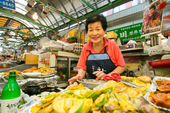광장시장에서 35년 넘게 모듬전을 굽고 있는 김복순할머니