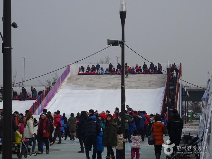 Schlittenbahn im Hangang-Park Yeouido (한강공원 여의도 눈썰매장)