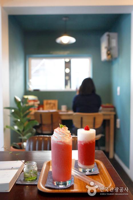 당신이 나의 봄, '카페 이봄'