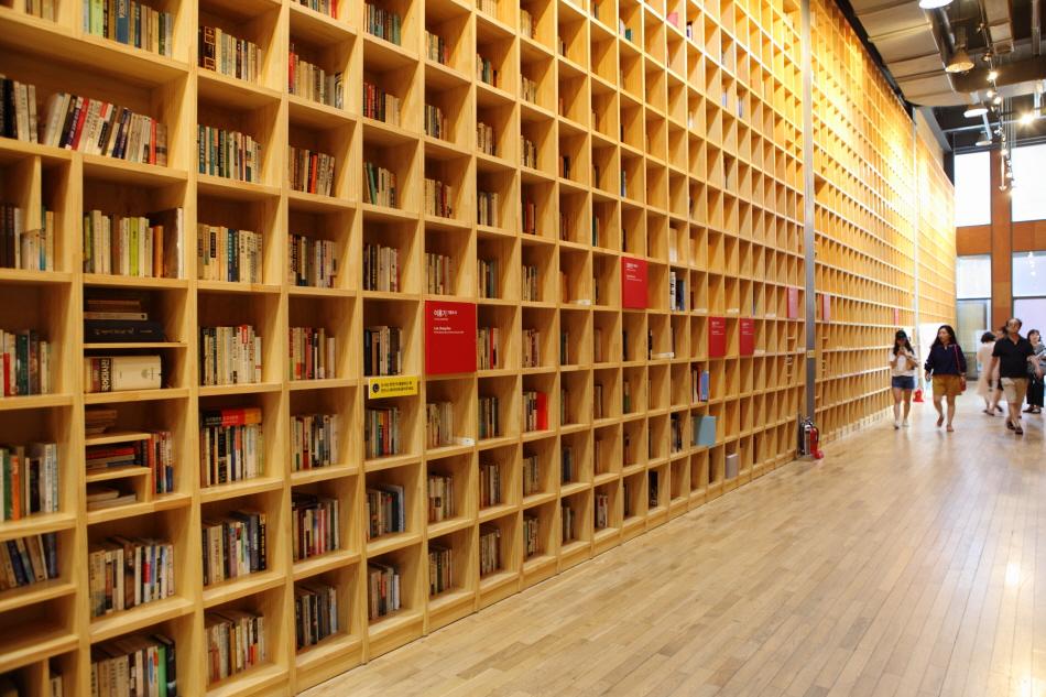 바닥에서 천장까지 책으로 가득한 공동의 서재 지혜의 숲