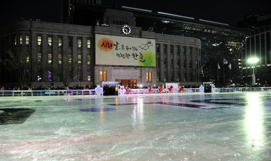 도시 야경과 어우러진 서울광장 스케이트장