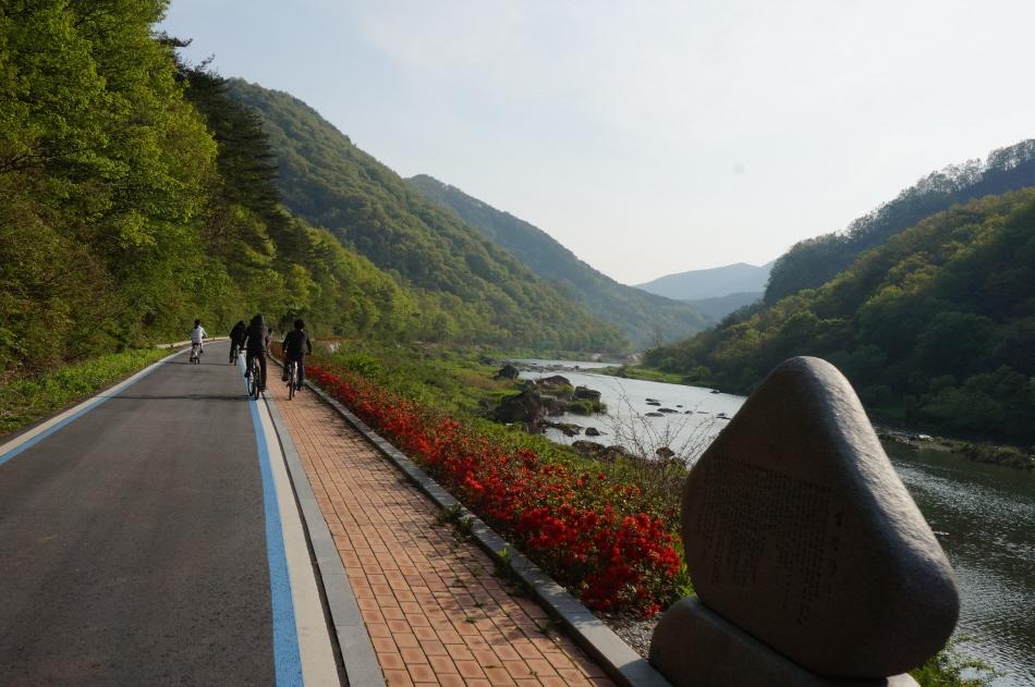 섬진강문학마을길을 자전거를 타고 가는 사람들