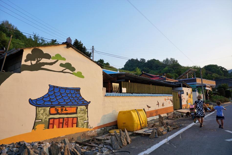 슬로시티수산체험마을 곳곳에 제비를 모티프로 삼은 벽화가 보인다.