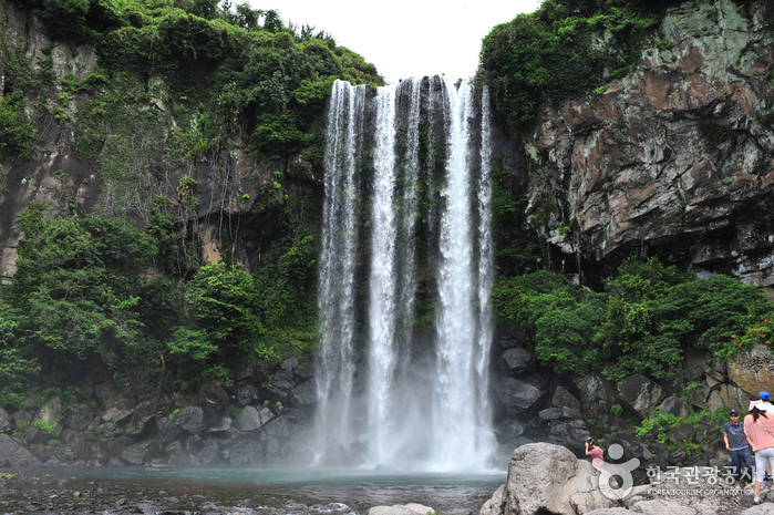 Jeongbang-Wasserfall (정방폭포)