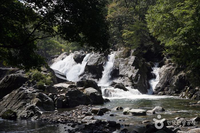 기암 타고 흐르는 낙수의 절경 '무주 월하탄계곡'