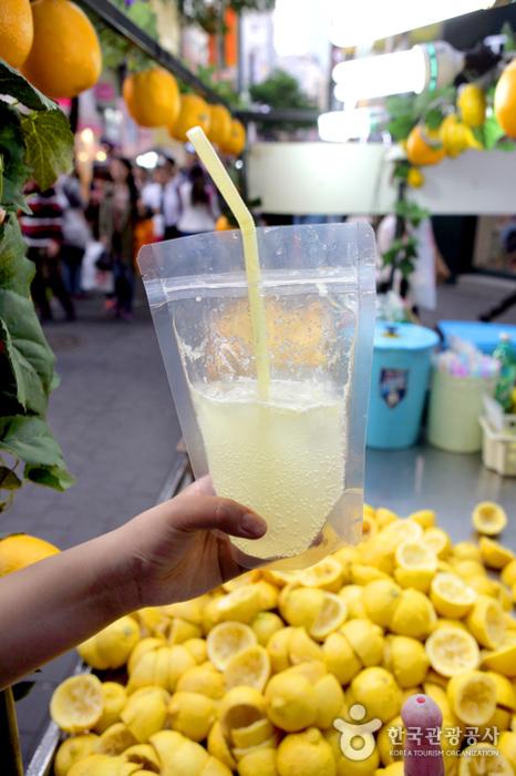 즉석에서 짜낸 레몬에 탄산수를 섞어주는 레모네이드