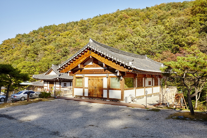 Kiwajip Poongyeong (Scenery of Tile-roofed House) (기와집풍경)