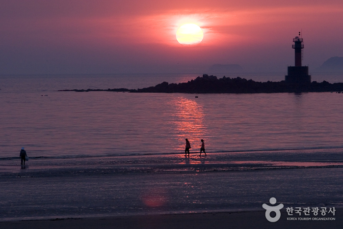 Kkotji Beach (꽃지해수욕장)