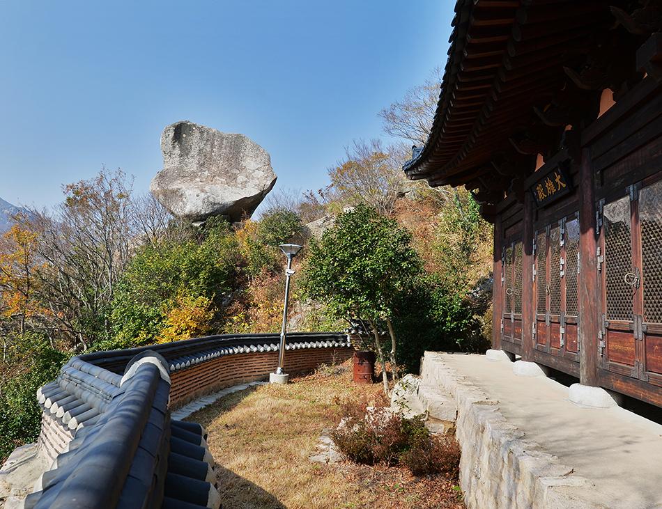 성도사 대웅전 옆 여의주 바위. 거대한 바위가 암봉 위에 거짓말처럼 올려져 있다