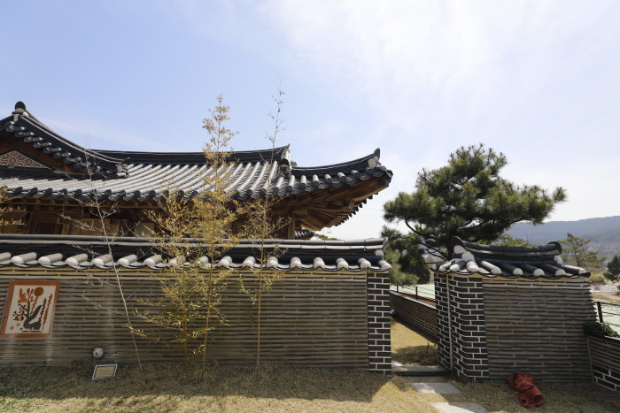 Hanchaedang Hanok Stay Center (한채당 체험한옥관)