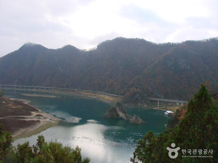 Dodamsambong Peaks (도담삼봉)